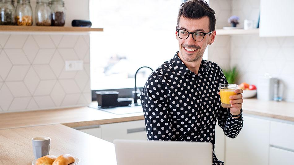 gluecklicher-mann-vorm-laptop-home-office