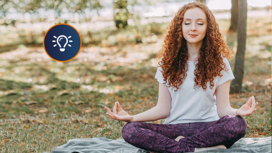 Frau im Park beim Meditieren