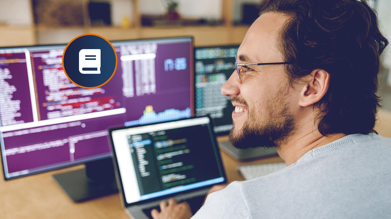 Softwareentwickler beim programmieren